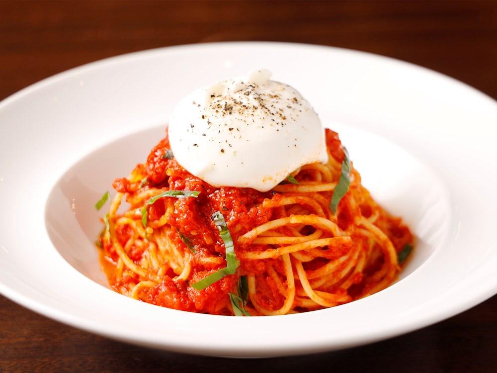 ブッラータチーズを乗せたトマトソーススパゲッティ